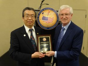 Robert T. Gunby, MD (Texas),Vice President (right) presents outgoing OSMAP President, Albert M. Kwan, MD (New Mexico) with a plaque recognizing his leadership and service to OSMAP for 2017-18.